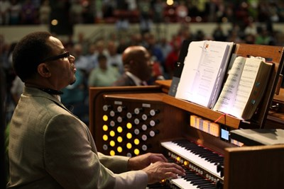 Jarvis Wilson at the organ with crowd on its feet in the background